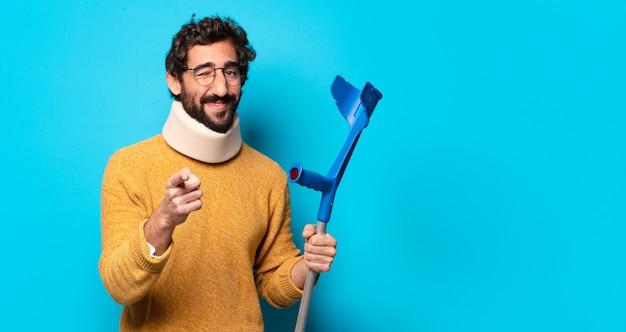 Giovane uomo barbuto che soffre di dolore. concetto di incidente