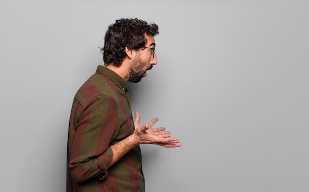 Giovane uomo barbuto con una copia spazio