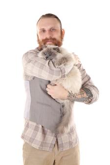 Giovane uomo barbuto con gatto soffice isolato su bianco