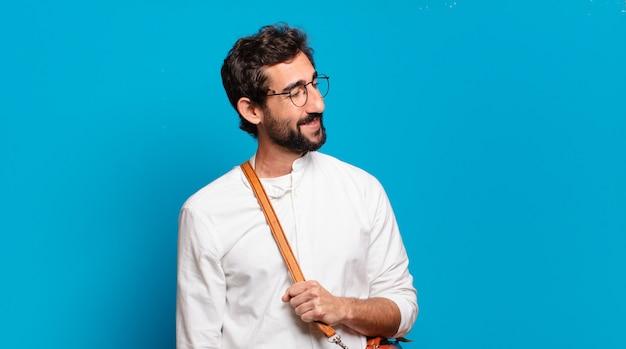 Giovane uomo barbuto con borsetta