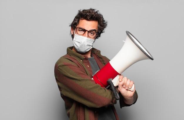 Giovane uomo barbuto con una maschera medica