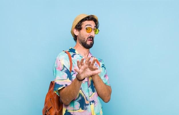 Giovane turista barbuto che si sente disgustato e nauseato, si allontana da qualcosa di brutto, puzzolente o puzzolente, dicendo schifo