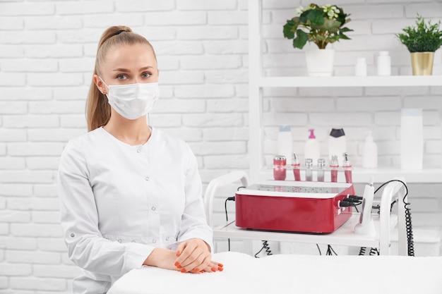 Giovane estetista seduto e in attesa di pazienti