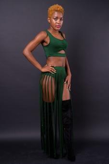 Giovane bella donna africana sul nero