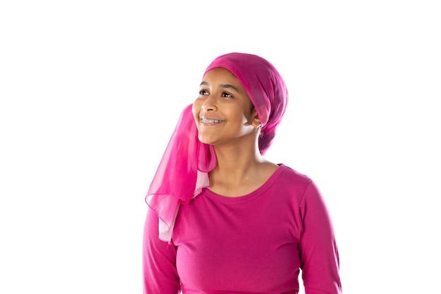 Giovane bella donna africana che indossa un velo rosa isolato su uno sfondo bianco