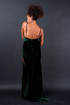 Giovane bella donna africana con capelli afro sul nero