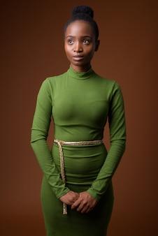Giovane bella imprenditrice zulu africana pensando e guardando in alto
