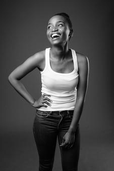Giovane bella donna africana zulu che ride in bianco e nero