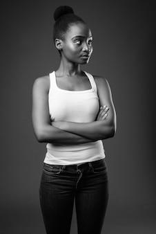 Giovane bella donna africana zulu pensando in bianco e nero