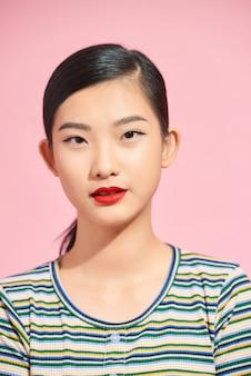 Giovane bella ragazza asiatica con rossetto rosso