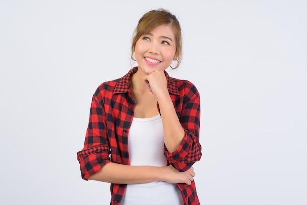 Giovane bella donna asiatica hipster