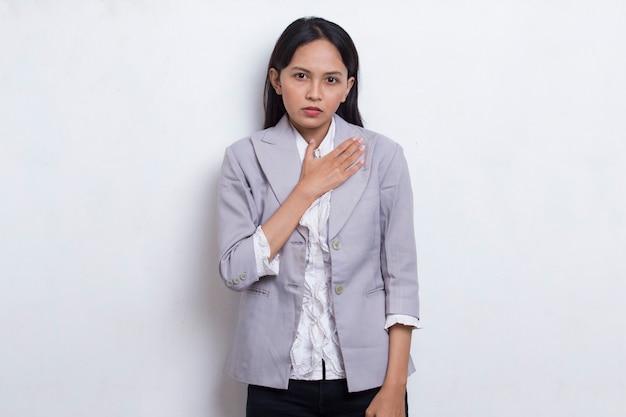 Giovane bella donna musulmana asiatica che ha attacco di cuore isolato su sfondo bianco