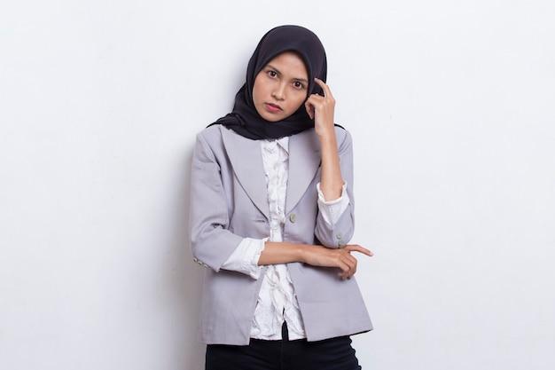 Idea di pensiero della giovane bella donna musulmana asiatica isolata su fondo bianco