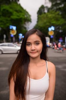 Giovane bella donna turistica asiatica che esplora la città di ho chi minh i