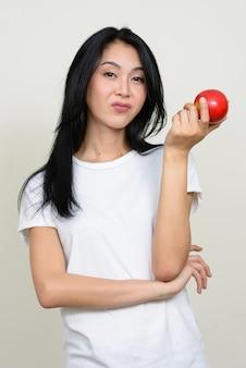 Giovane bella donna asiatica isolata