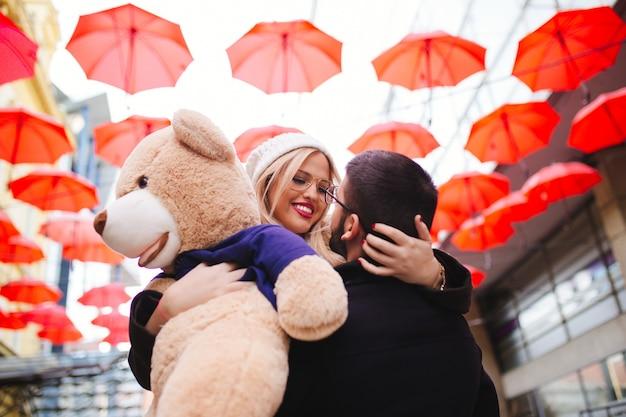 Giovane bella coppia che si gode una passeggiata in città a san valentino.