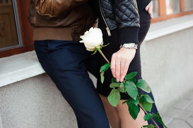 Giovani belle coppie nella posa di amore all'aperto in città,