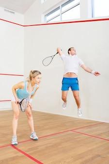Giovane bella coppia gioca a tennis