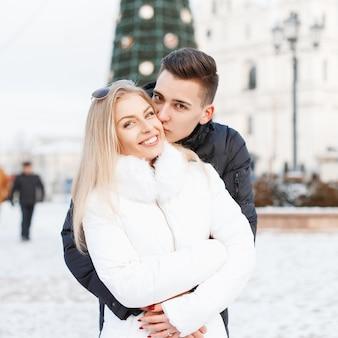 Giovane bella coppia in una giornata invernale