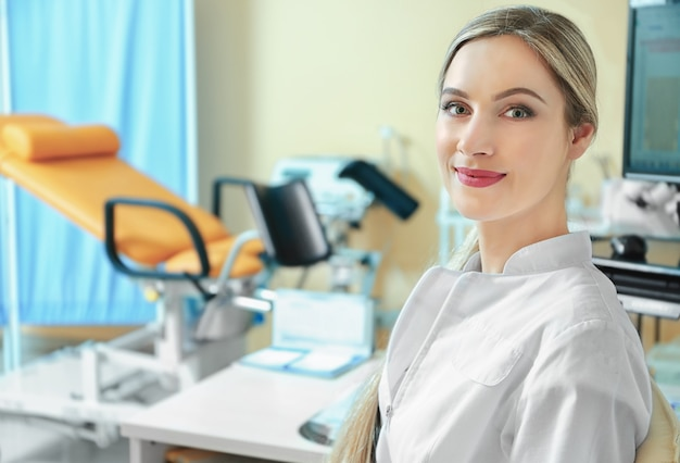 Giovane bello medico in camera ginecologica, primo piano