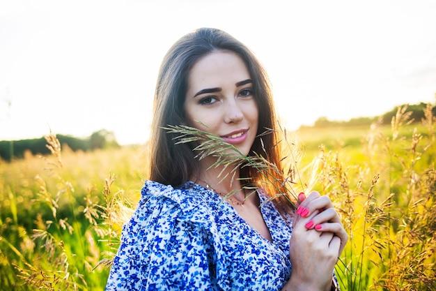 Giovane bella ragazza europea al tramonto