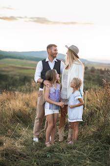 Giovane bella famiglia che posa e che si guarda