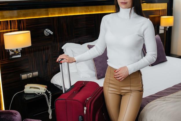 Una giovane e bella ragazza ha fatto il check-in nella sua stanza in un hotel di lusso. turismo e ricreazione.