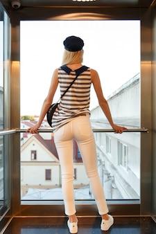 Una giovane bella ragazza che gode della vista panoramica della città vecchia