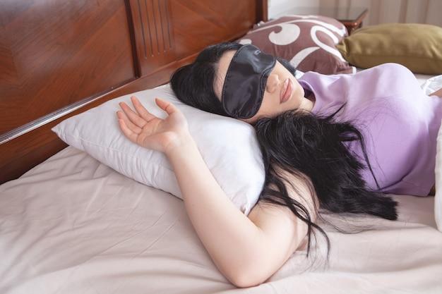 Giovane bella ragazza che dorme nel letto