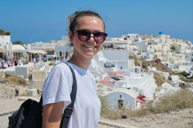Turista della giovane bella ragazza visitando le isole greche, adolescente sorridente in posa