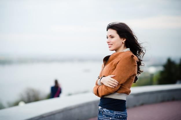 Giovane bella donna della ragazza che gode del riverview in inverno