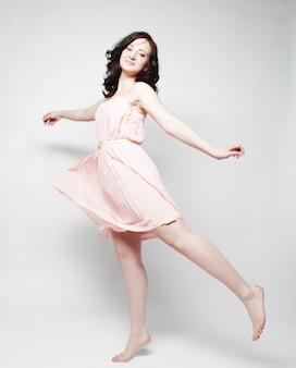 Giovane bella donna felice che salta