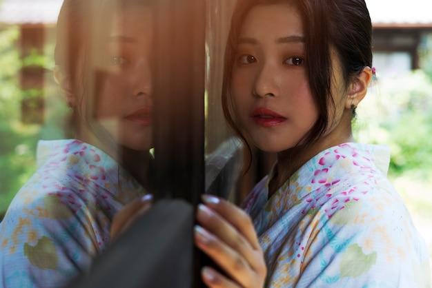 Giovane bella donna giapponese che indossa un kimono