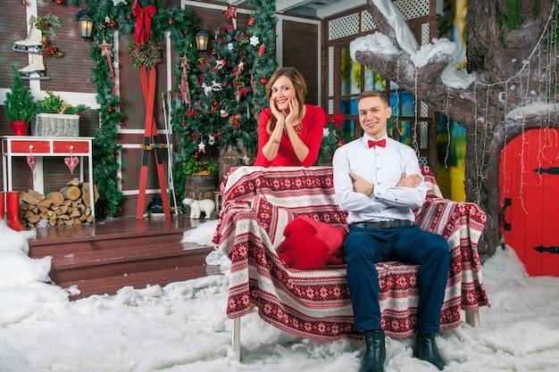 Giovani belle coppie di amore che celebrano il nuovo anno. donna e uomo che festeggiano il natale