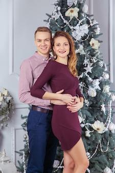Giovane bella coppia d'amore che festeggia il nuovo anno
