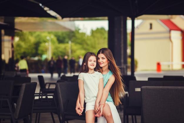 Giovane bella mamma con sua figlia