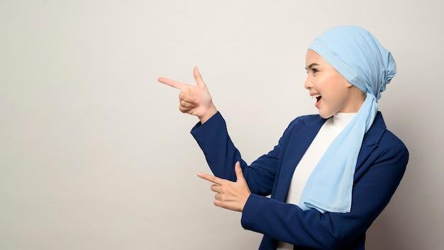 Giovane bella imprenditrice musulmana con hijab isolato su white