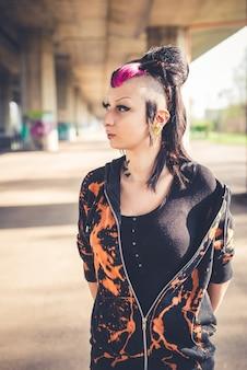 Giovane bella ragazza punk dark