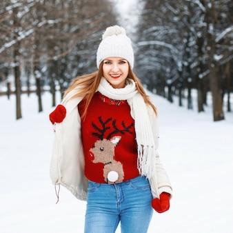 Giovane bella ragazza alla moda è di moda a maglia abbigliamento vintage caldo in una giornata invernale