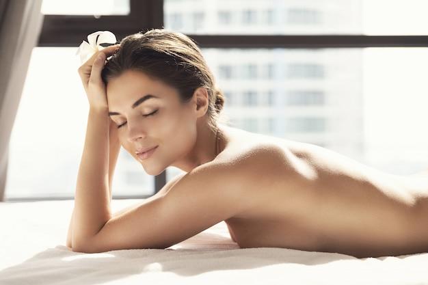 Giovane e bella donna dopo la sessione di massaggio