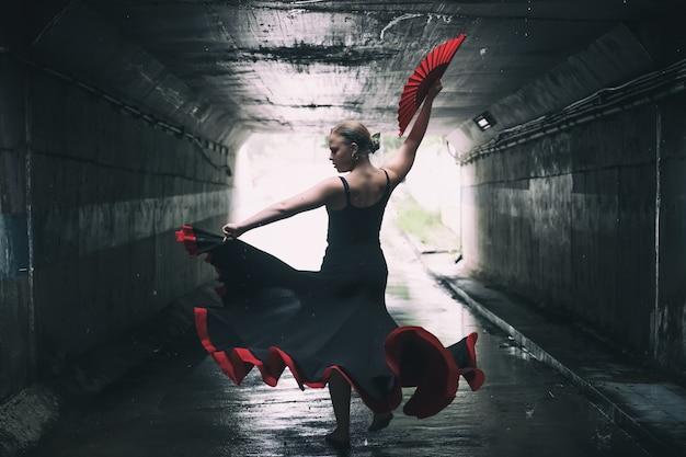Giovane bella donna che balla il flamenco