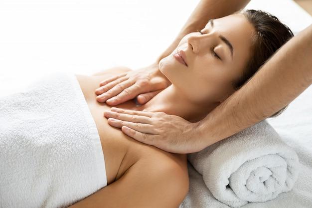 Giovane e bella donna durante la sessione di massaggio