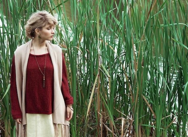 Giovane bella donna. ritratto di moda glamour. parco d'autunno.