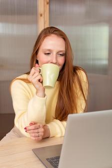 Giovane e bella donna che ha una riunione online