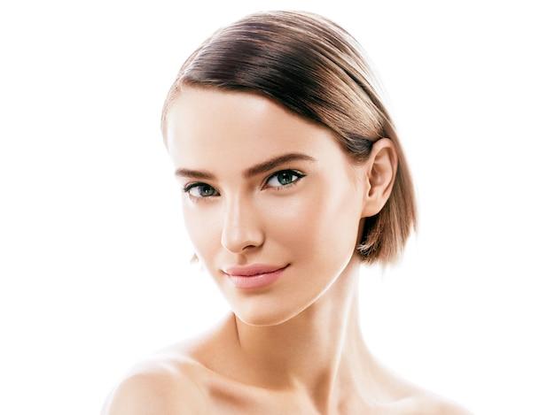 Giovane bella donna sana perfetta bellezza della pelle e trucco naturale. colpo dello studio.