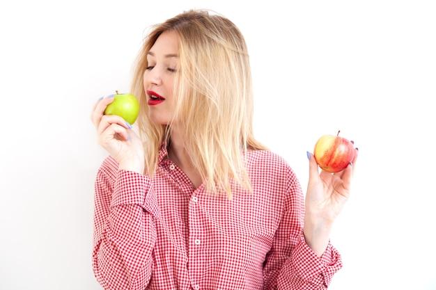 Giovane bella donna che tiene mele fresche su sfondo bianco