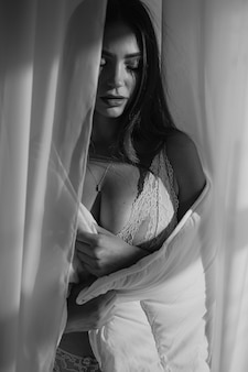 Giovane bella donna in lingerie