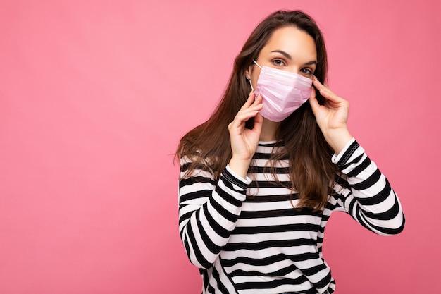 Giovane bella donna con maschera protettiva anti-virus riutilizzabile sul viso