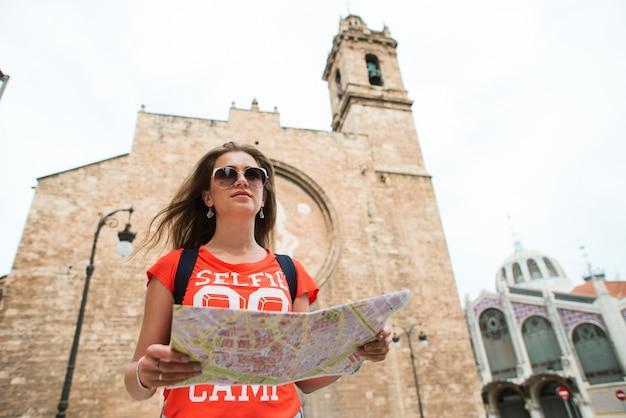 Giovane viaggiatore bella donna con mappa