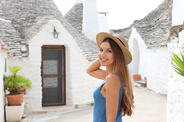Giovane bella donna che cammina per le strade di una città storica italiana